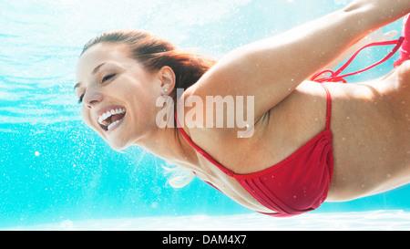 Frau, Schwimmen im pool - Stockfoto