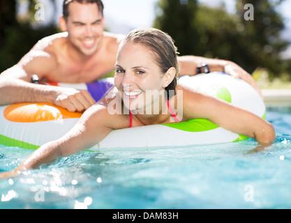 Paar erholsame im Schwimmbad - Stockfoto