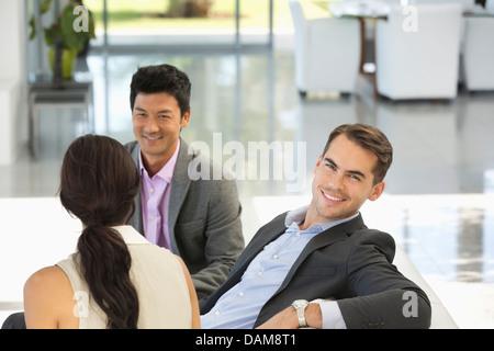 Geschäftsmann lächelnd in Büro - Stockfoto