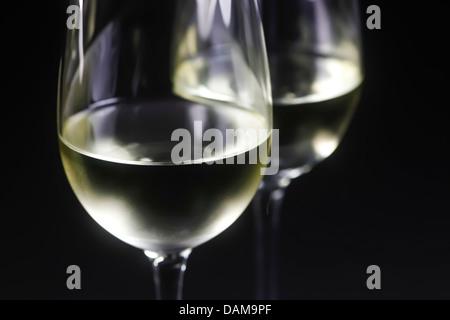 Gläser Weißwein auf schwarzem Hintergrund, Nahaufnahme - Stockfoto