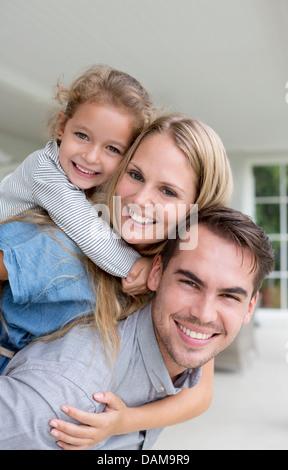 Familie lächelnd zusammen auf Veranda - Stockfoto