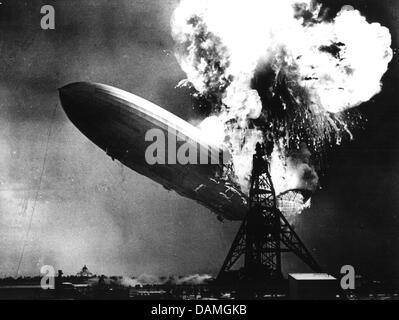 """(Dpa-Datei) - Flammen datiert 6. Mai 1937 das deutsche Luftschiff LZ 129 """"Hindenburg zeigt"""" in Datei Bild über Lakehurst, - Stockfoto"""
