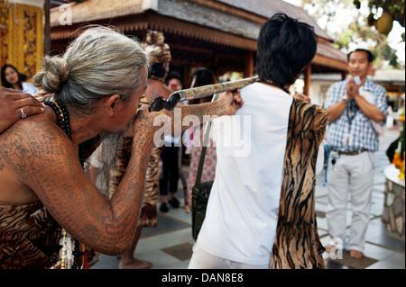 Stark tätowierte animistische Eremiten Heilungsgebete sagen und sagen Vermögen am Doi Suthp buddhistischer Tempel - Stockfoto