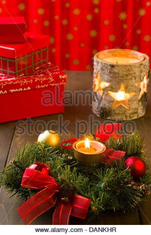 Weihnachtsarrangement mit Kranz, Kugeln, Kerzen und Geschenk-Boxen - Stockfoto