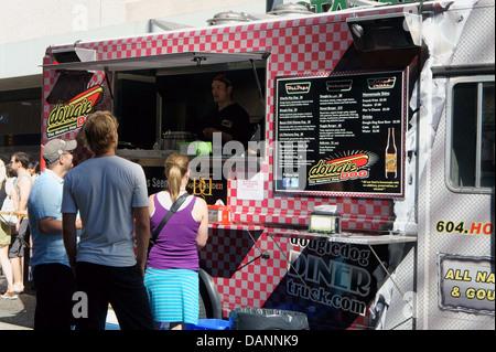 Menschen, die Bestellung bei einem street Food Truck in der Innenstadt von Vancouver, BC, Kanada - Stockfoto
