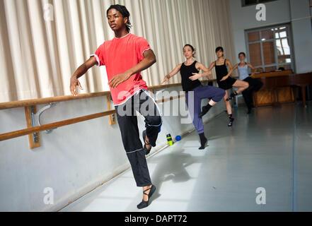 Ballett-Tänzerin Jamie Mejeh Praktiken bei der Saarländischen Staatstheater Donlon Dance Company in Saarbrücken, - Stockfoto