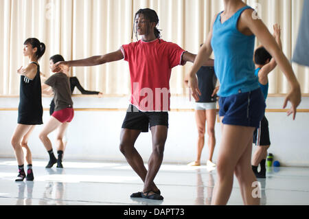 Ballett-Tänzerin Jamie Mejeh (M) Praktiken bei der Saarländischen Staatstheater Donlon Dance Company in Saarbrücken, - Stockfoto