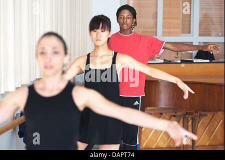 Ballett-Tänzerin Jamie Mejeh (hinten) Praktiken bei der Saarländischen Staatstheater Donlon Dance Company in Saarbrücken, - Stockfoto