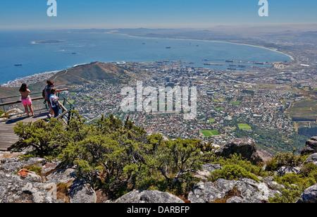 Touristen auf Sicht vom Tafelberg auf Kapstadt, Western Cape, Südafrika