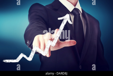 Geschäftsmann berühren ein Pfeil zeigt Wachstum auf dunkelblauen Hintergrund - Stockfoto