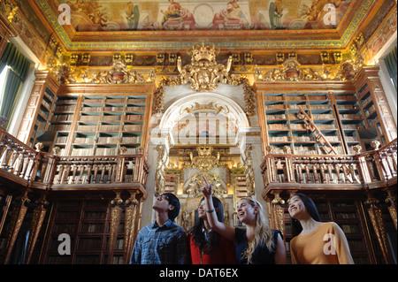 Menschen Sie besuchen Universität Coimbra aus dem 18. Jahrhundert barocke Bibliothek Biblioteca Joanina in Coimbra, - Stockfoto