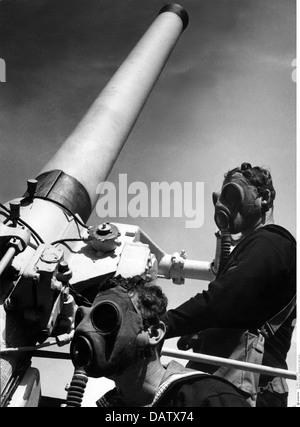 Militär, Australien, circa 1940, Marine, anti-aircraft Schießwesen Bohrer, artilleristen mit Gasmasken an Bord der - Stockfoto
