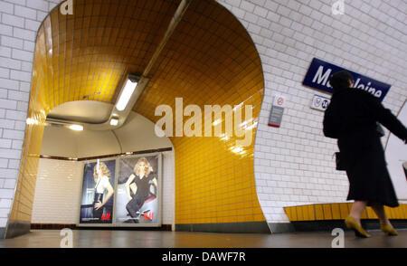 """Eine Frau geht durch die """"Madeleine"""" Metro Station in Paris, Frankreich, Samstag, 24. März 2007. Paris Metro ist - Stockfoto"""