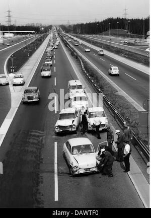 Transport/Verkehr, Autos, Auto stürzt, Unfall auf der Autobahn in der Nähe von Hilden, Deutschland, um 1960, Additional - Stockfoto