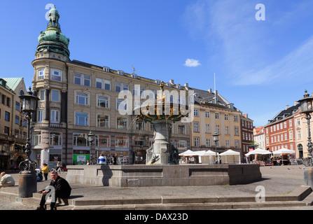 Neoklassizistischen Gebäude aus dem 18. Jahrhundert und Caritas-Brunnen im Gammeltorv (Altstadt) im Zentrum von - Stockfoto