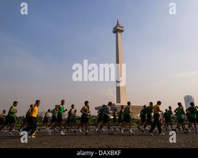 Ansicht vieler Männer herumlaufen das Nationaldenkmal in Merdeka Square Monas, Jakarta, Indonesien, Asien - Stockfoto