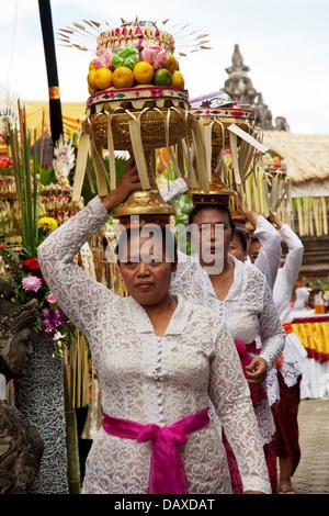 Menschen tragen Angebote zu balinesischen Hochzeit - Stockfoto