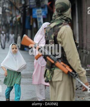 Srinagar, Indien. 20. Juli 2013. Ein muslimisches Mädchen versuchen, Cross the Road als indische paramilitärische - Stockfoto
