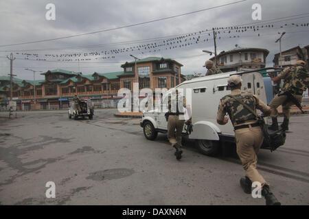 Srinagar, Indien. 20. Juli 2013. Srinagar_india_A indische paramilitärische Soldaten Patrouille während der Ausgangssperre - Stockfoto