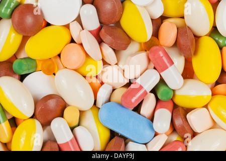 Weiß, rot, grün, braun und gelb Medizin Pillen und Kapseln bilden einen Hintergrund - Stockfoto