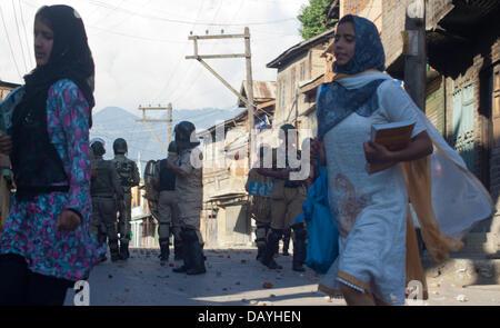 Srinagar, indisch verwalteten Teil Kaschmirs 20. Juli 2013. Kashmiri Mädchen laufen vorbei indische Polizisten bei - Stockfoto