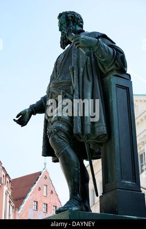 Fugger-Skulptur aus dem Jahre 1857 am Fuggerplatz in Augsburg. - Stockfoto