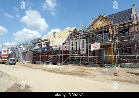 Das Bild zeigt Einfamilien-Häuser und Maisonetten strukturell auf eine neue Wohnsiedlung in Düsseldorf-Wittlaer, - Stockfoto