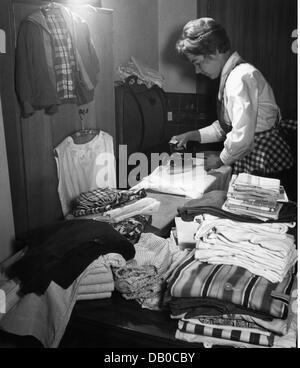 Haushalt, Bügeln, Hausfrau, Bügeln, Hamburg, Deutschland, 1961, Additional-Rights - Clearences-NA - Stockfoto