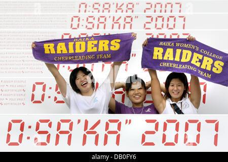 Japanische Cheerleader jubeln auf den Tribünen während der Hauptprobe für die Eröffnungsfeier der Leichtathletik - Stockfoto