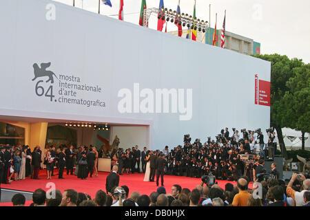 """Fans und Fotografen drängen sich der Palazzo del Cinema während der Premiere von Ang Lees neuen Film """"Lust, Caution"""" - Stockfoto"""