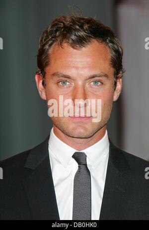 """Britischer Schauspieler Jude Law kommt zur Premiere seines Films """"Sleuth"""" auf der 64. Internationalen Filmfestspiele - Stockfoto"""