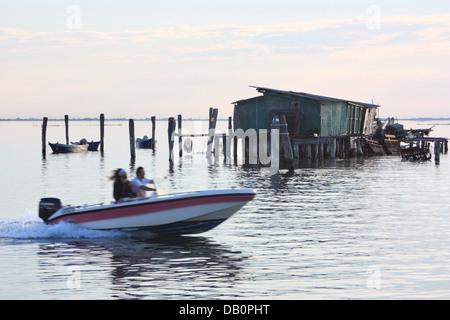 Fischer ist auf Stelzen auf der Insel Pellestrina vergossen. - Stockfoto