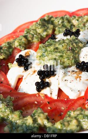 bunte tomaten salat mit mozzarella und balsamico essig auf blauem hintergrund aus holz stockfoto. Black Bedroom Furniture Sets. Home Design Ideas
