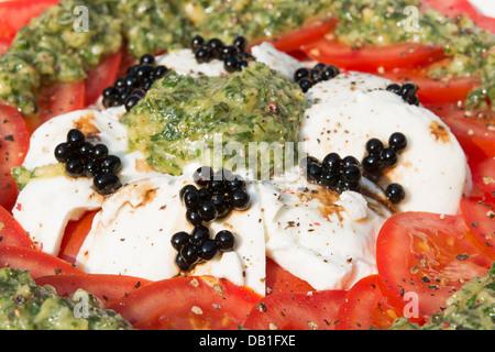 bunte tomaten salat mit mozzarella und balsamico essig auf. Black Bedroom Furniture Sets. Home Design Ideas