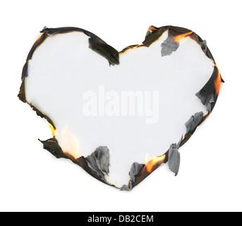 Leere herzförmige Papier mit brennenden Kanten, künstlerische konzeptuellen Rahmen isoliert auf weißem Hintergrund - Stockfoto