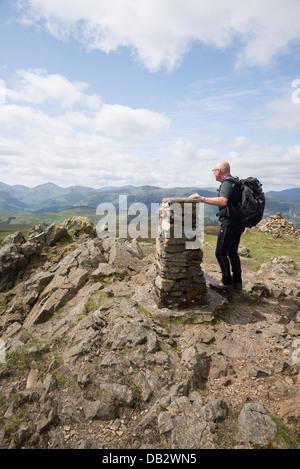 Einsamen Hügel-Walker auf dem Gipfel des hohen Sitz in der Nähe von Derwent Water im Lake District - Stockfoto