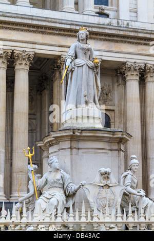 Queen-Anne-Statue vor der St. Pauls Cathedral, London, UK - Stockfoto
