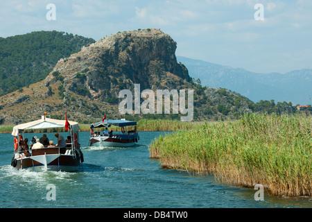 Ägypten, Provinz Mugla, Dalyan, Boote am Kanal Vor Dem Akropolishügel der Antiken Stadt Kaunos - Stockfoto