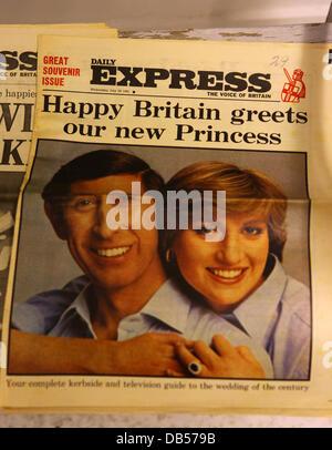 Königliche Hochzeit Souvenirs und Erinnerungsstücke Zeitung front-Seiten von der Hochzeit von Prinz Charles und - Stockfoto