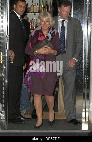 Camilla, Herzogin von Cornwall verlassen Locanda Locatelli-Restaurant nach dem Essen mit ihrem Sohn Tom Parker Bowles - Stockfoto