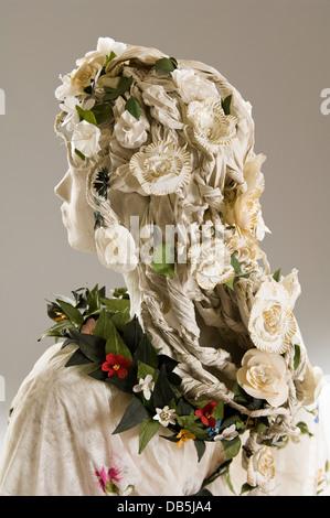 Frisur von Schaufensterpuppe in Papier-Kostüm - Stockfoto