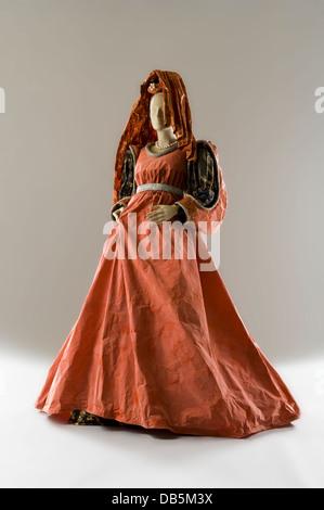 Schaufensterpuppe in theatralischen Papier Kleid Kostüm - Stockfoto