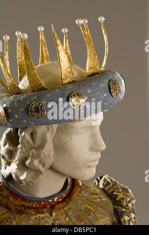 Krone auf Schaufensterpuppe in Papier-Kostüm - Stockfoto