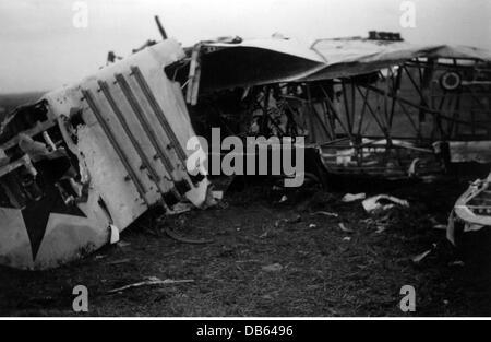 Veranstaltungen, Zweiten Weltkrieg/WWII, Sowjetunion, Sommer 1941, zerstörten sowjetischen Doppeldecker Jagdflugzeug - Stockfoto