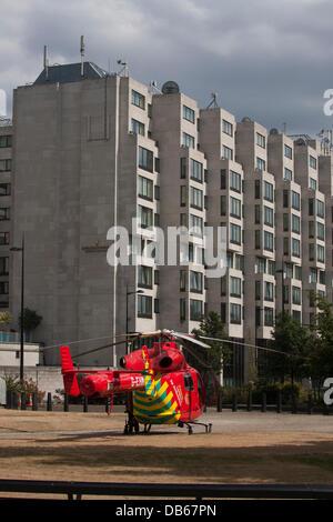 London, UK. 24. Juli 2013. Die London Air Ambulance besucht einem Arbeitsunfall an der Park Lane, nachdem ein Arbeiter - Stockfoto