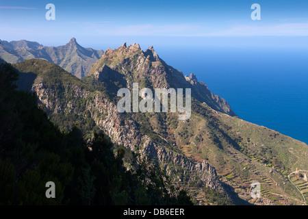 Kliffküste am nördlichen Anaga-Gebirge, Teneriffa, Kanarische Inseln, Spanien - Stockfoto