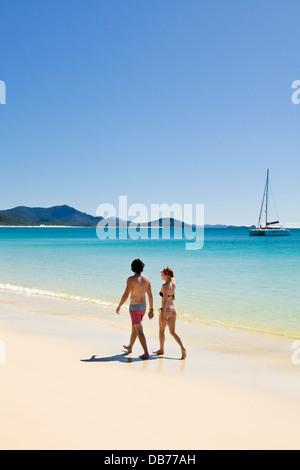 Junges paar entspannende auf Whitehaven Beach. Whitsunday Island, Whitsundays, Queensland, Australien - Stockfoto