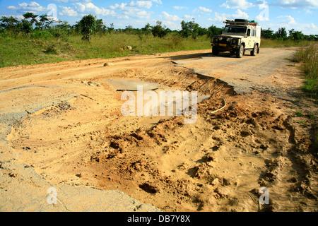 Afrikanische Länder - Angola 4 x 4 Fahrzeug verhandelt schreckliche Straßen in Angola schlechten Bedingungen schlammigen - Stockfoto