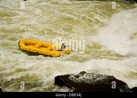 Sport - River rafting Mann Paddel Schlauchboot unten Rapid auf Sambesi in Sambia Stromschnellen Wildwasser River rafting extrem Stockfoto