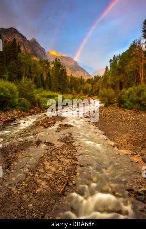 Regenbogen über Fluss genommen von der Camp-Vogel-Straße außerhalb von Ouray, Colorado. - Stockfoto